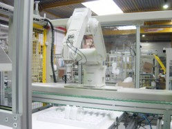 VZT400 - Flexible robot packaging unit to pack bottles in trays